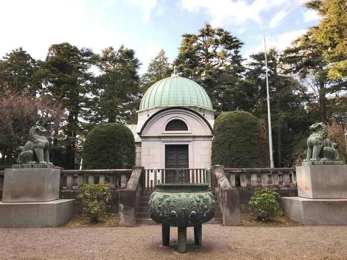 静けさの中にたたずむ荘厳な岩�ア家廟堂
