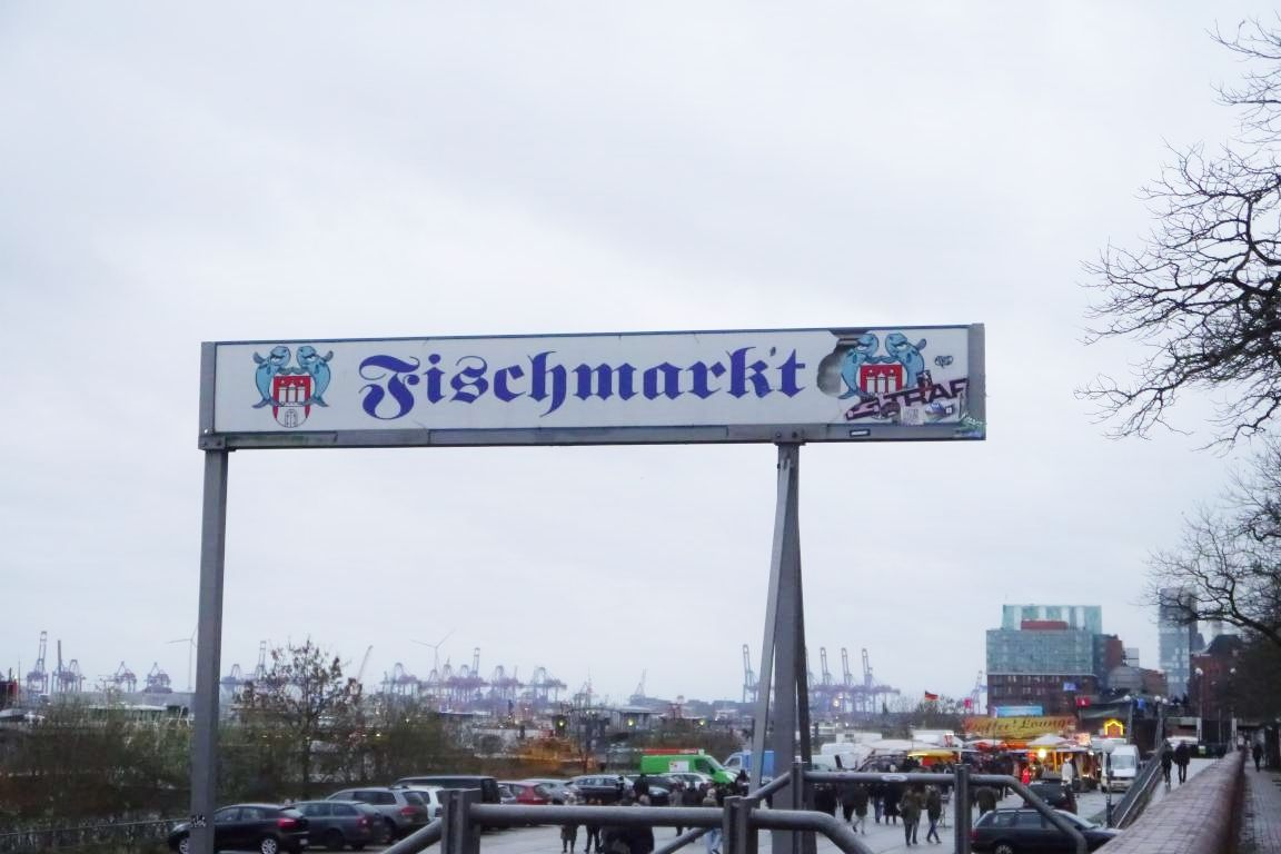 ハンブルク港の朝市で、豪快な販売ショーやフィッシュサンドを!