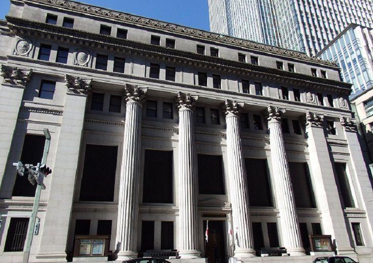 重厚な近代建築の三井本館