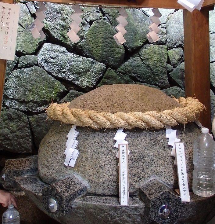 薬井戸のある狭井神社