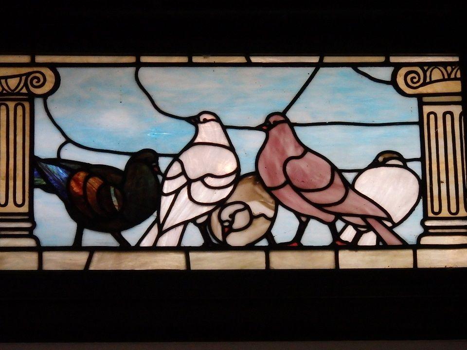 鳩がモチーフのステンドグラス