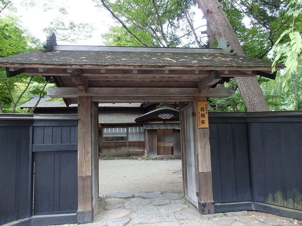 表玄関の飾りが印象的な「石橋家」