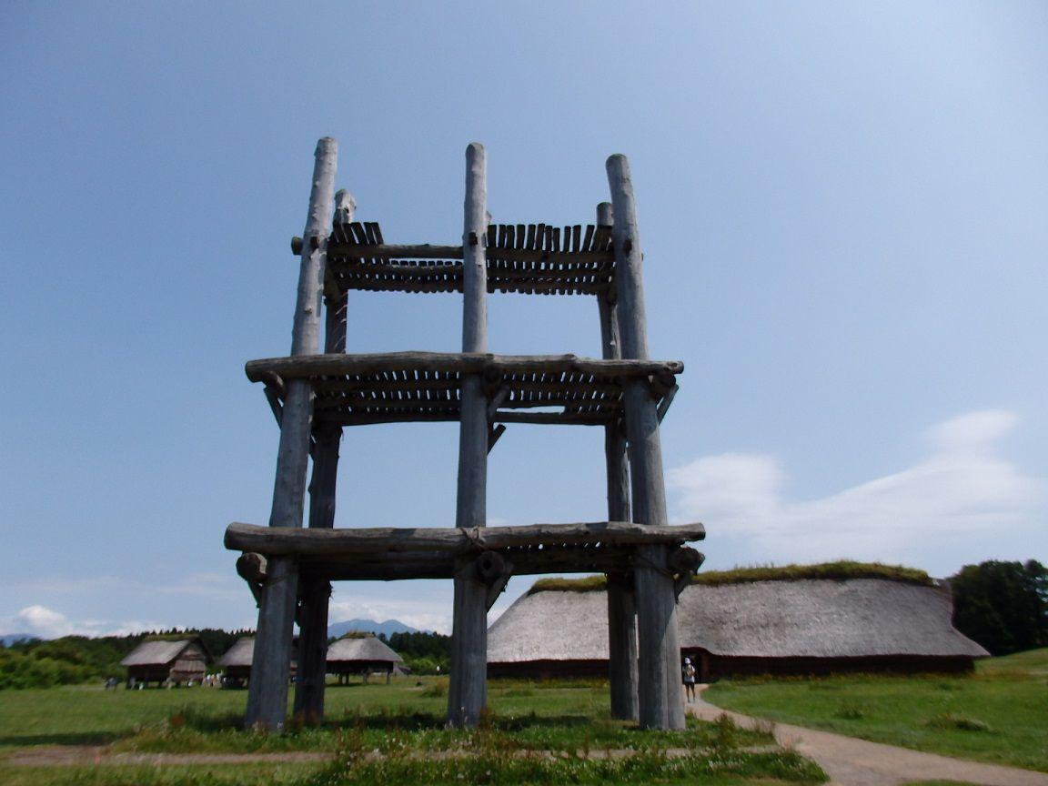巨大な6本柱の大型掘立柱建物