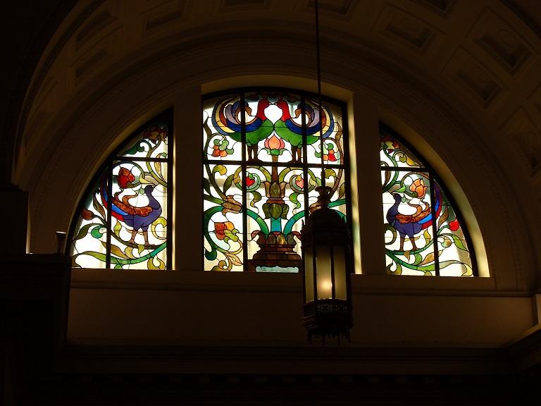 贅沢な空間の広がる回廊のステンドグラスは必見!