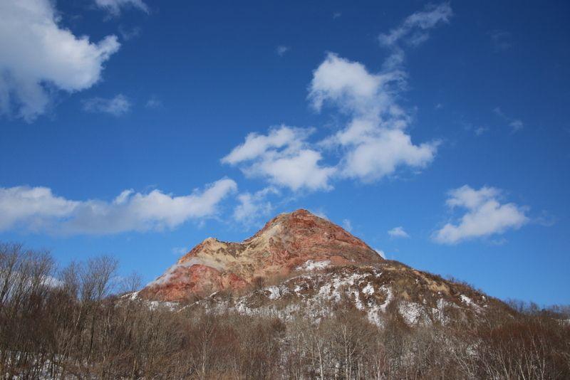 牧場目の前にそびえる昭和新山