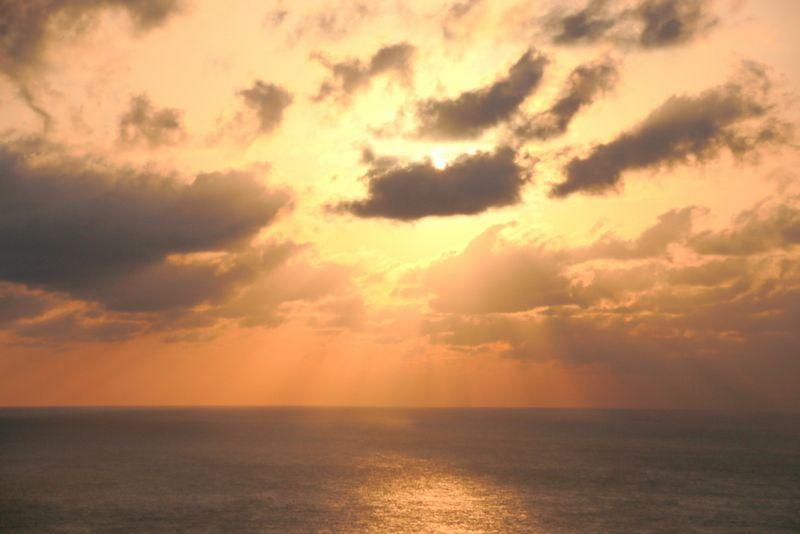 夕日が世界を染める最高のステージ・三日月山ウェザーステーション