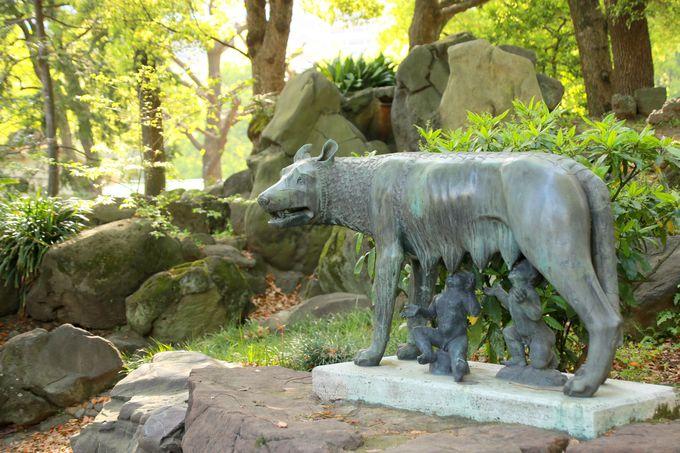 公園の豊かな自然とマッチする「ルーパ・ロマーナ像」