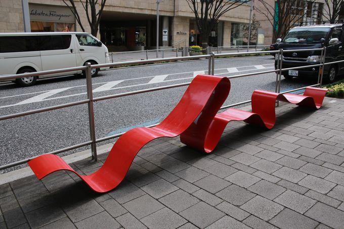 存在感ある赤いベンチ