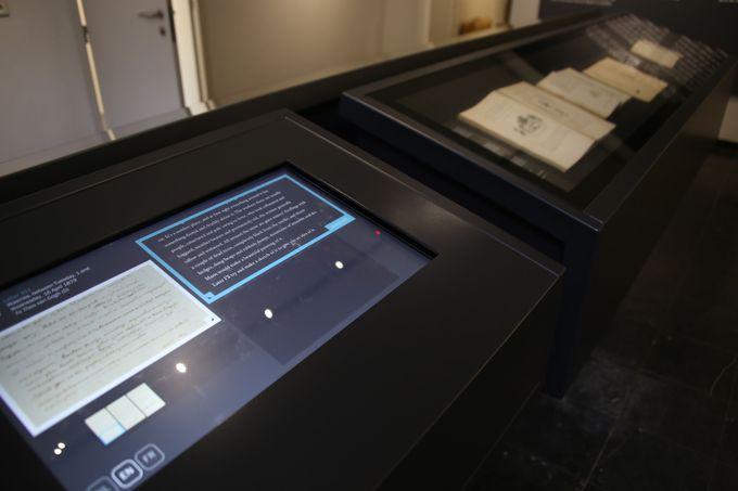 手紙や聖書を展示