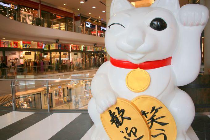 東京・笑顔が愛くるしい巨大招き猫がお出迎え