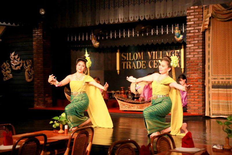 民族音楽の生演奏とタイ舞踊も