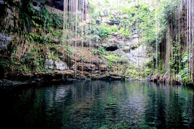 地上からおりること25m。目の前には岩壁に囲まれた泉の姿が