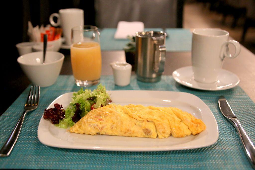 モダンなダイニングで美味しい朝食を
