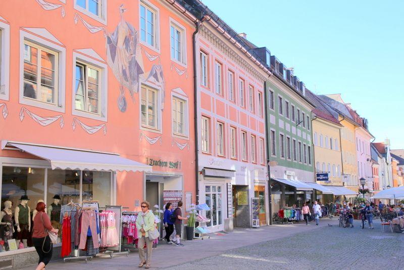 町一番の賑わいを見せる目抜き通りを散策