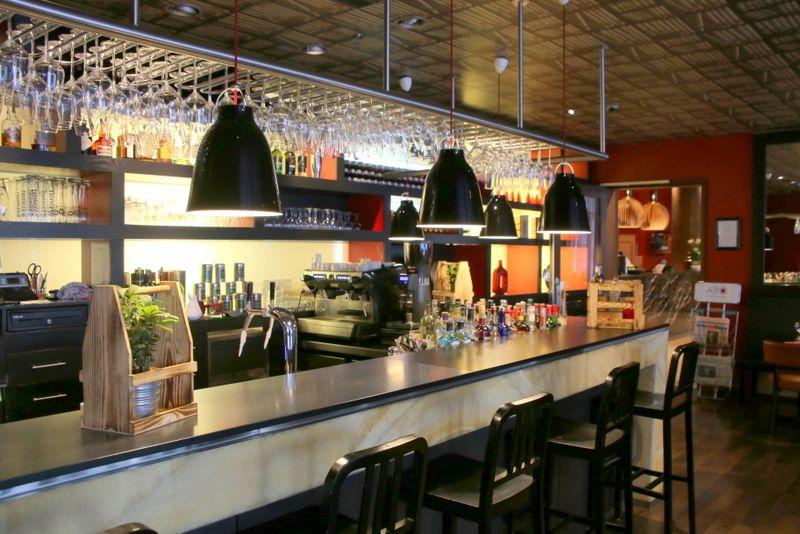 朝食会場は夜はレストランとバーに変身