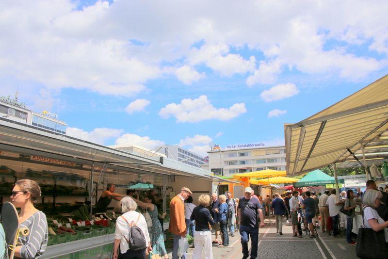 開放的な雰囲気の青空市場