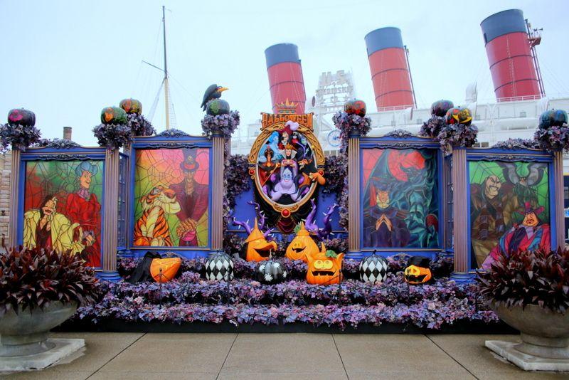 紫と黒に染まった東京ディズニーシー