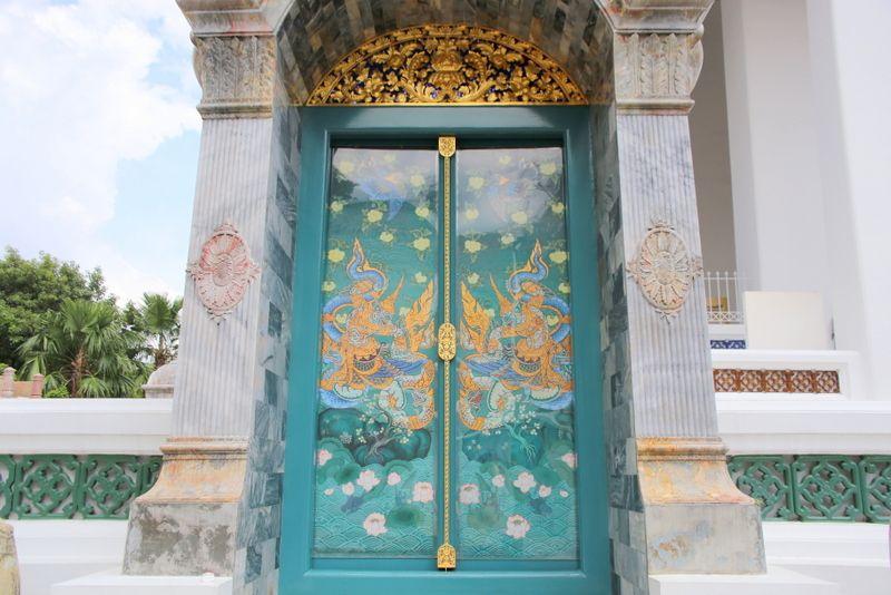 中国風の雰囲気も感じられる本堂