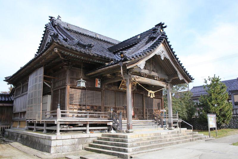 街道沿いに建つ神社