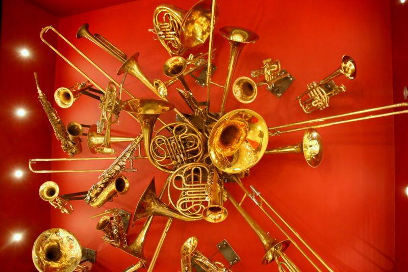 ジャズ音楽やアートなどの要素がそこかしこに
