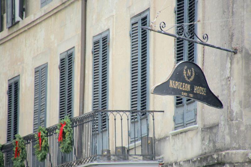 ナポレオンの帽子を模った看板