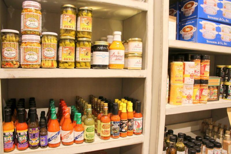 店内に溢れるほど豊富な食品と調味料