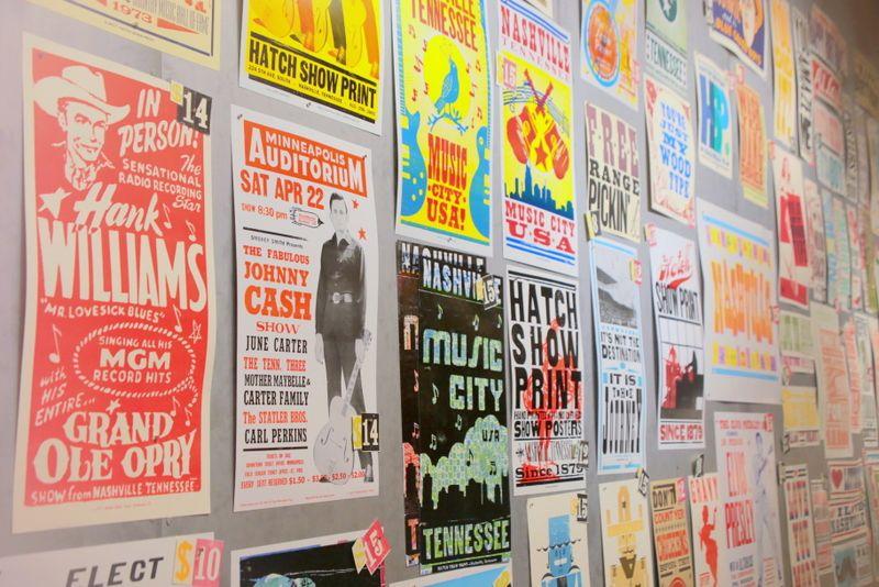 整列されたポスターはまるで美術館のよう