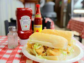 ニューオーリンズ「ジョニーズ・ポーボーイ」のサクッサク海老フライサンドが美味!