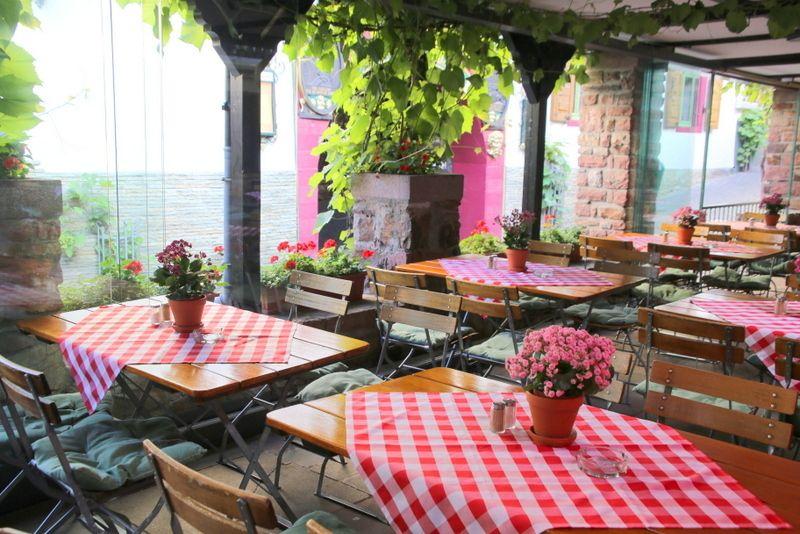 屋外と屋内で違う雰囲気のレストラン