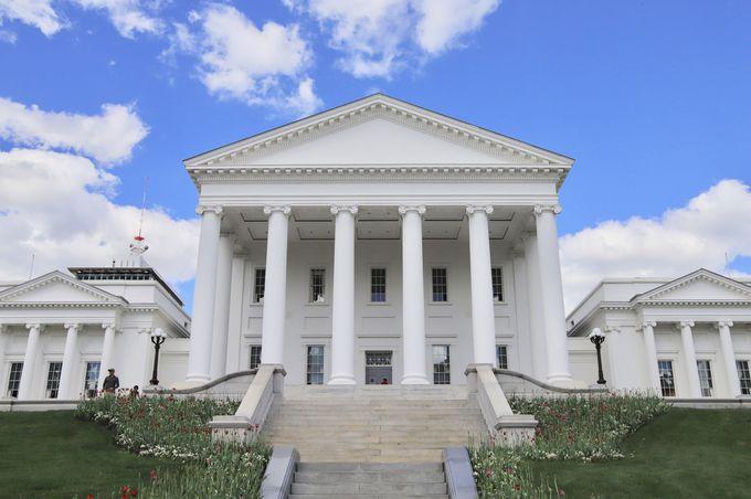 中心地に構えるバージニア州会議事堂