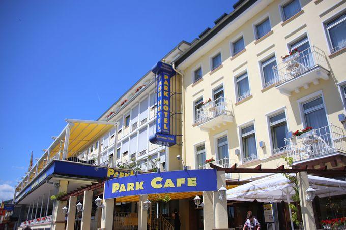 青と黄色の2カラーが目印の建物
