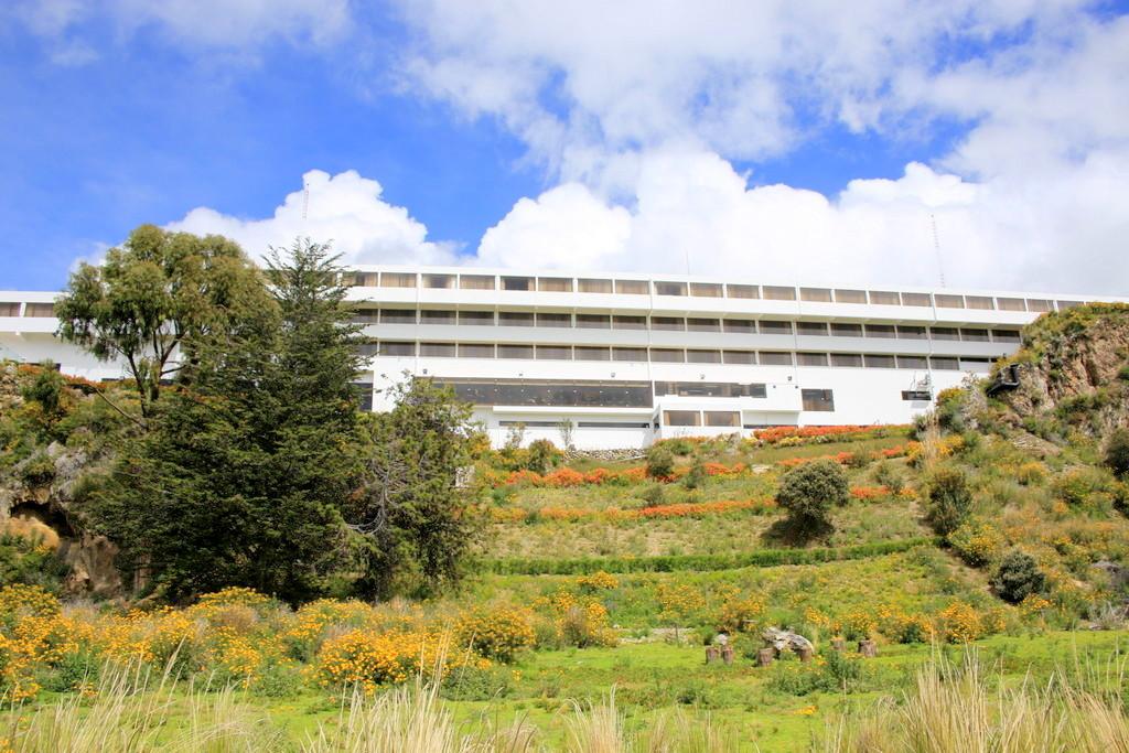 青い空と緑の大地に映える白いホテル