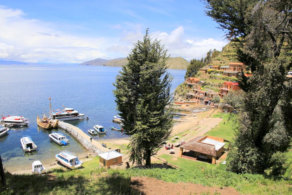 カラフルな家屋と段々畑が続く港エリア