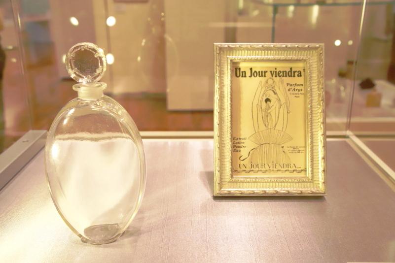 広告で演出する香水瓶が持つ世界