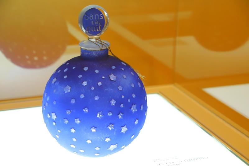香り以上の役目を担った香水瓶