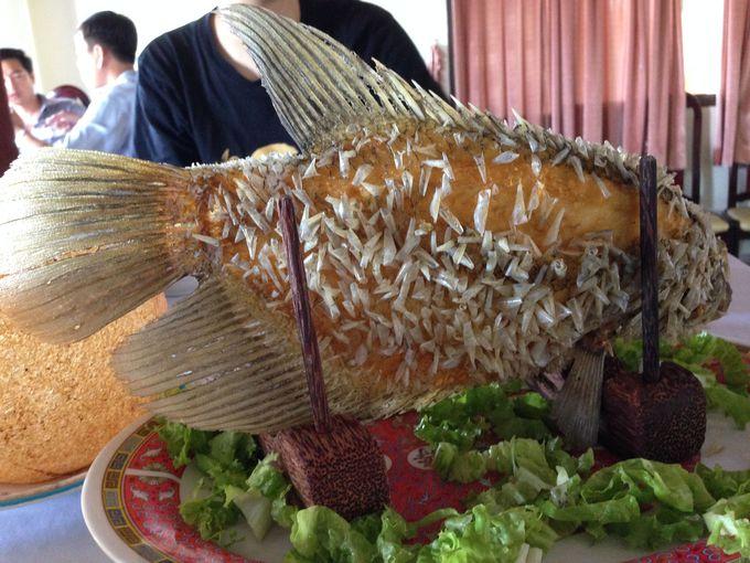 メコン川定番のグルメ、迫力満点の川魚