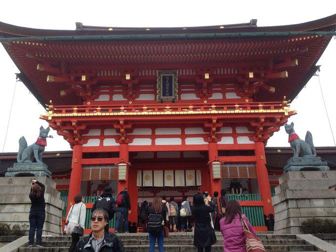日本全国の稲荷神社の総本宮!まずは見応えバッチリの楼門で参拝してご利益を
