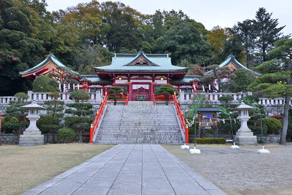 「織姫神社」縁結びの神社は市街に面した尾根の南端