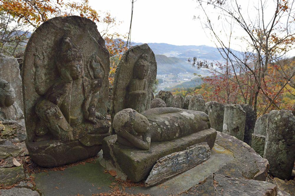 「行道山」展望の山頂と安らぎの涅槃台