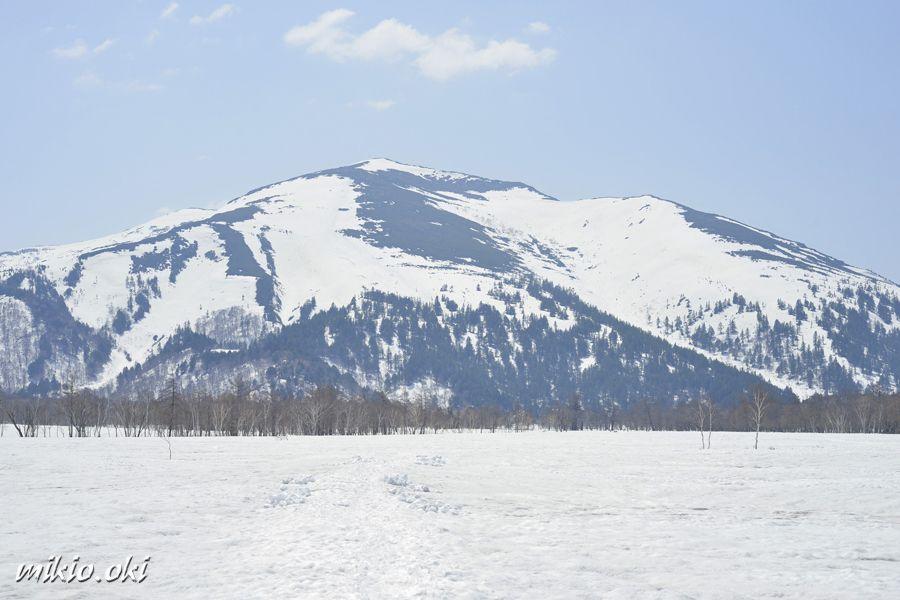 雪原と端正な至仏山の眺め〜服装の注意点〜