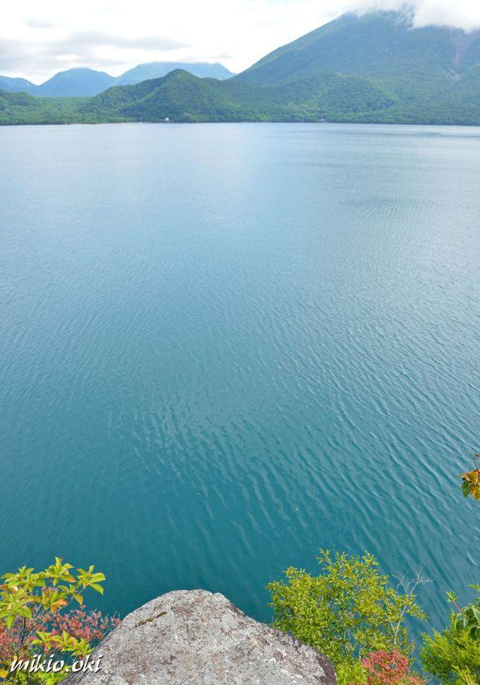 白岩・湖畔に突き出した岩峰の展望台
