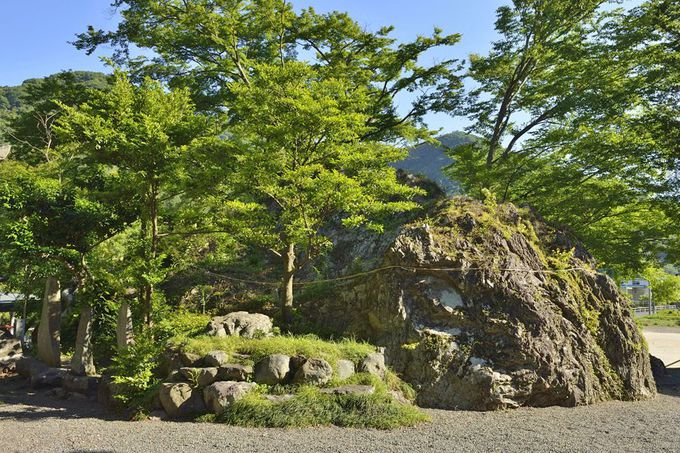 降臨石〜白瀧神社の大岩