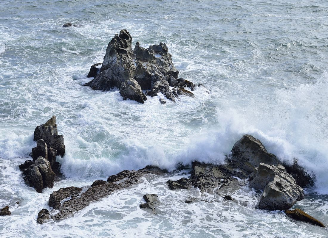 映画のロケ地となった犬吠埼の岩礁〜荒磯に波