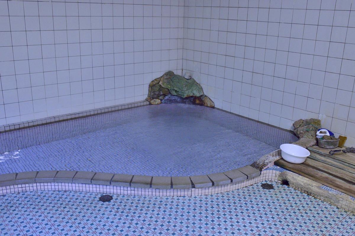 金湯館の歴史ある客室と温泉と食事