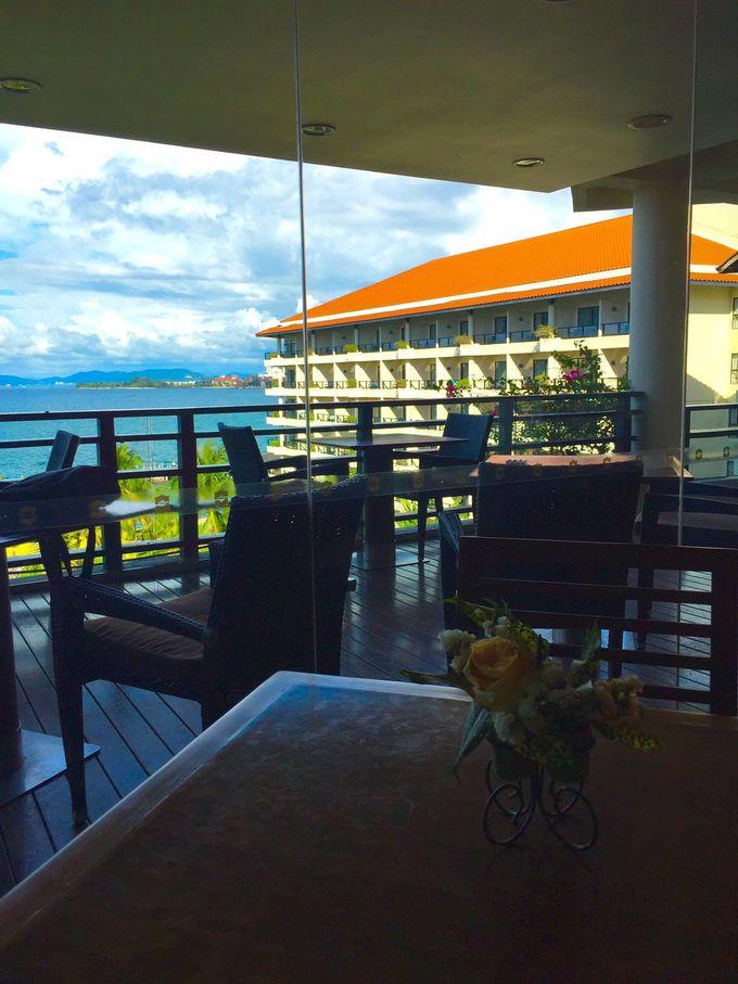 海を眺めながら落ち着いた空間で朝食を