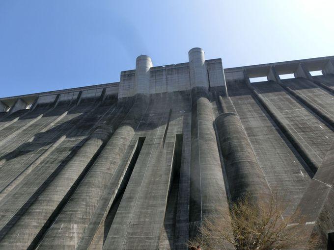 堤体下流部からダムを見上げる