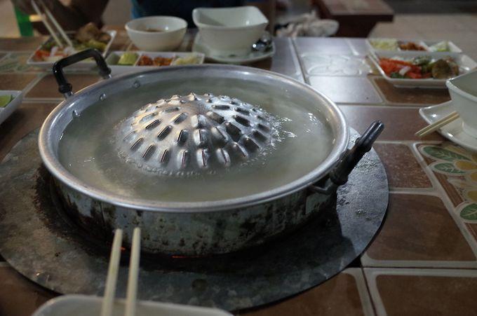テーブルに着くとセットされる独特な鍋