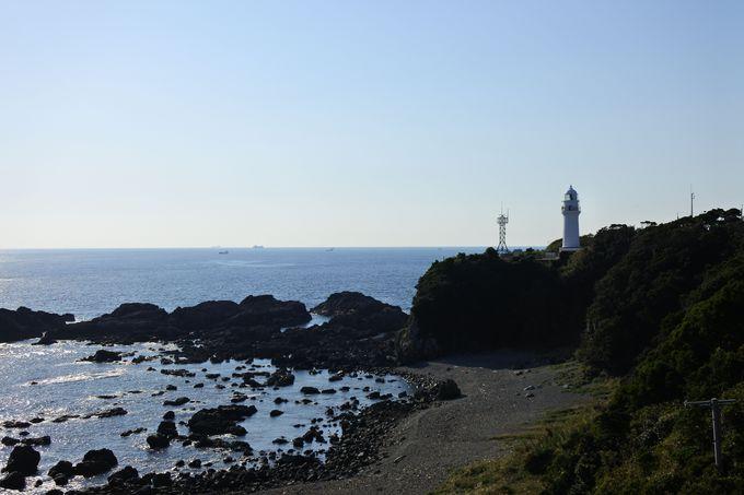 快晴の日に見たい絶景、白亜の「潮岬灯台」