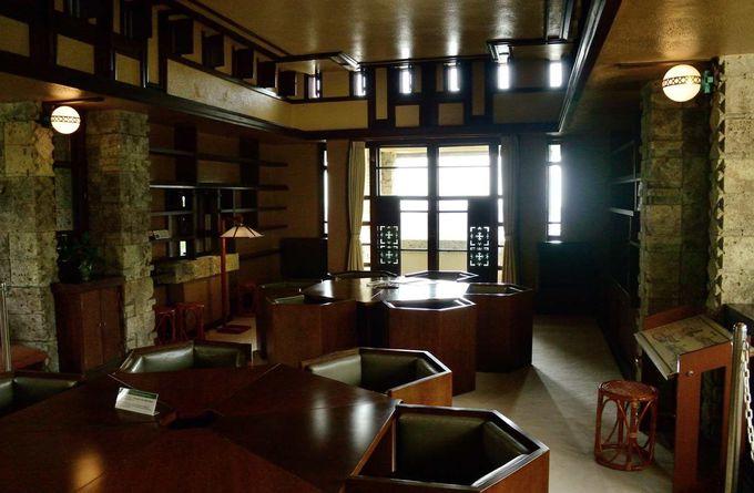 マホガニーの棚、飾り銅板など細部にこだわる贅沢な空間美