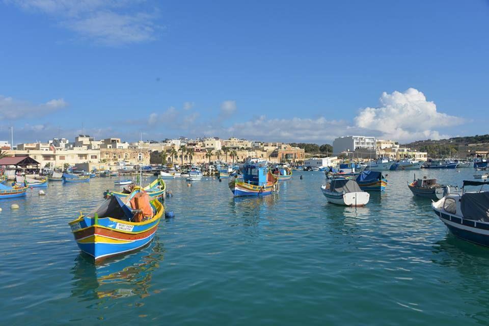 色とりどりの船が浮かび歴史的な場所であるマルサシュロックの港
